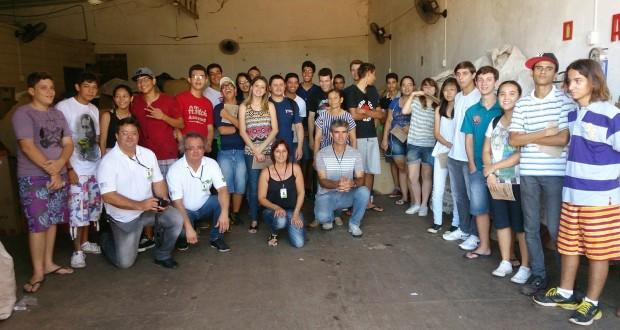 Alunos da ETEC realizam visita técnica na Coopersol